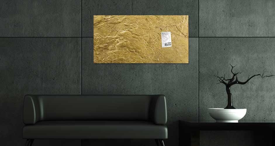 Goldenes Glas-Magnetboard an dunkler Wand
